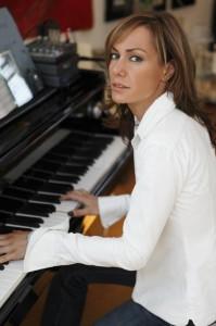 Tara Palmer-Tomkinson at the piano image