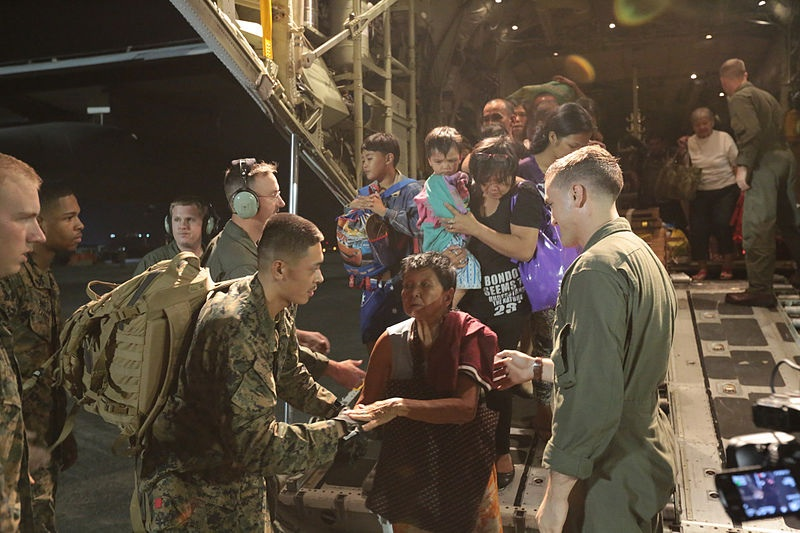 US Marines helping Philippine nationals after Super Typhoon Haiyan (PD)