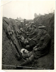 Highland Territorials in a trench (PD)