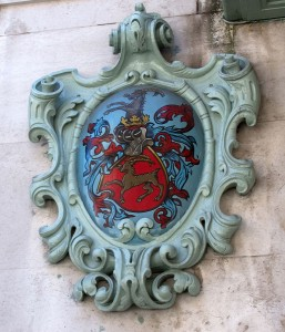Fortnum and Mason crest by Tony Hisgett (CC BY 2.0)