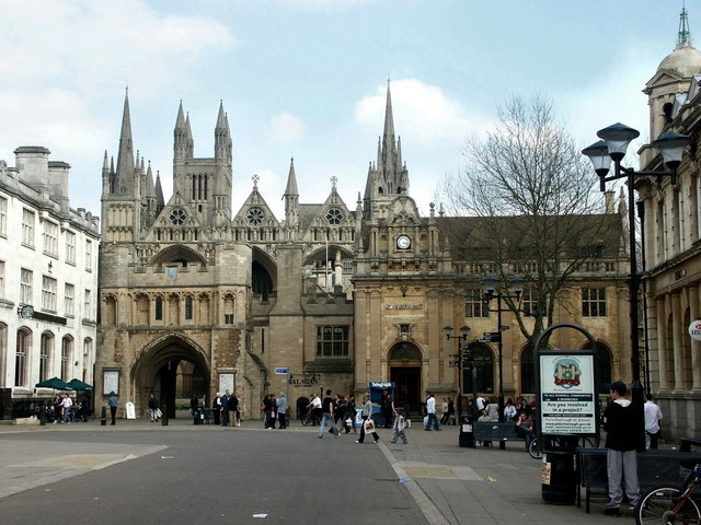 Dave Hitchborne : Cathedral Square, Peterborough (CC BY-SA 2.0)